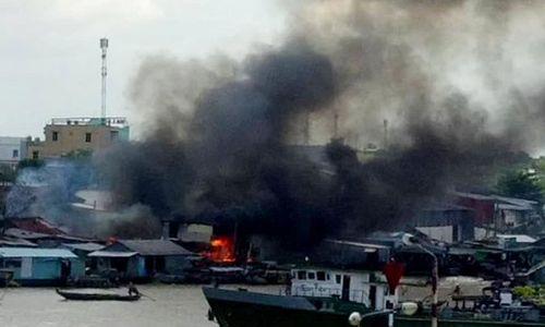 Bốn căn nhà gần chợ nổi bốc cháy giữa trưa