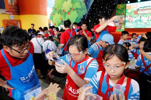 TPHCM: 600 học sinh tiểu học cùng làm thí nghiệm vui