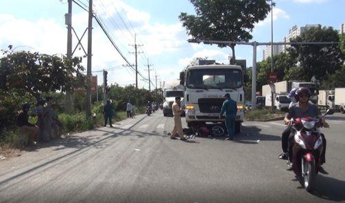 TPHCM: Xe bồn cuốn xe máy vào gầm, 2 người nguy kịch