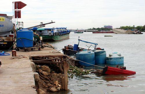 Thuyền chở hàng chục tấn hóa chất bị chìm xuống sông