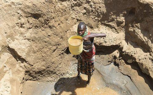 Bộ lạc tại châu Phi, nơi già trẻ trai gái từ sáng đến tối chỉ lao đi kiếm 1 thứ để tồn tại