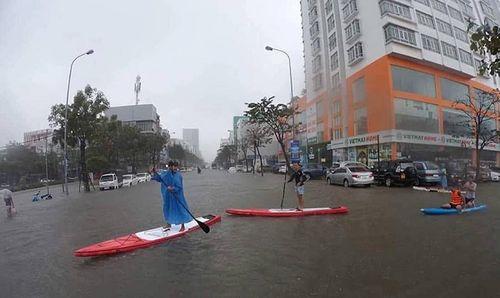 Xe chết máy la liệt, thuyền bơi trên phố Đà Nẵng