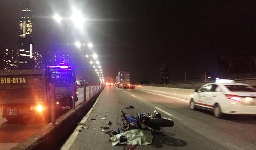 Va chạm xe đầu kéo container, nam thanh niên tử vong trên cầu Sài Gòn
