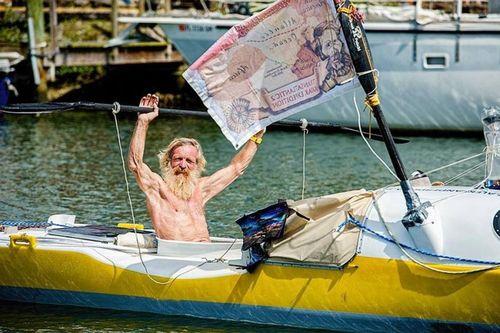 Vòng quanh thế giới độc đáo trên xe kéo, thuyền chèo bằng tay