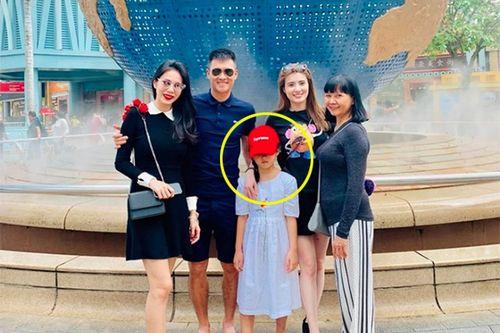 Vợ chồng Thủy Tiên - Công Vinh khoe con gái sau 5 năm giấu kín