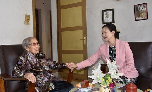 Phó Chủ tịch Trương Thị Ngọc Ánh chúc Tết gia đình ông bà Trịnh Văn Bô
