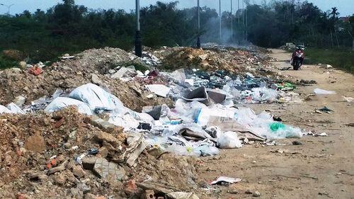 Trưa 30 Tết, rác bít kín đường phố Huế không ai buồn dọn