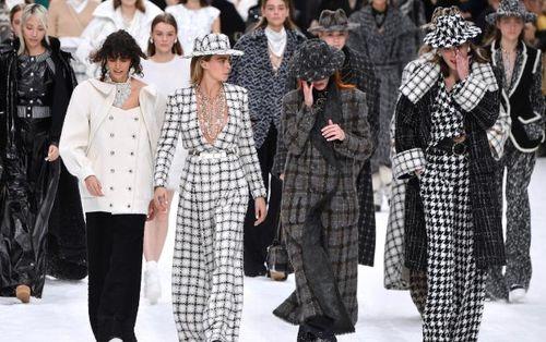 Dàn mẫu rơi nước mắt tưởng nhớ Karl Lagerfeld tại show Thu/Đông Chanel 2019