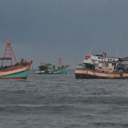 Sốc: Một ngư dân bị bạn tàu đánh rơi xuống biển mất tích