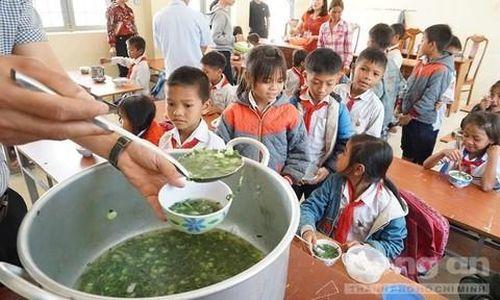 Thầy cô góp gạo, nấu cơm 'dụ' học sinh đi học