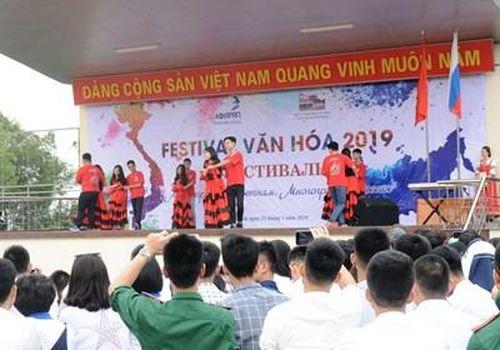 Giữa vòng tay bè bạn Việt - Nga