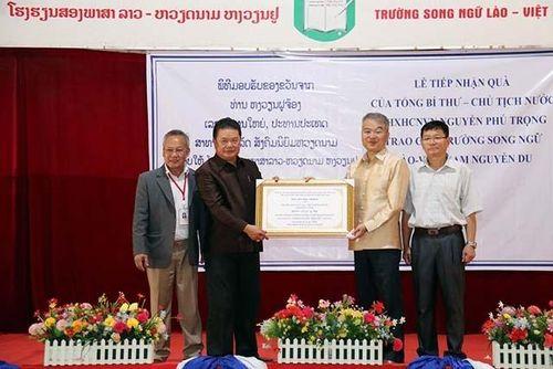 Trao quà tặng của Tổng Bí thư, Chủ tịch nước Nguyễn Phú Trọng cho Trường song ngữ Lào - Việt Nam