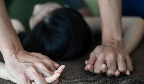 Đang nằm ngủ, người phụ nữ bị em họ kém 23 tuổi lẻn vào nhà hiếp dâm