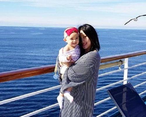 Quả bom 'gợi cảm' thập kỷ 90 Y Phụng: Làm mẹ tuổi U40, sống hạnh phúc bên chồng tại Mỹ