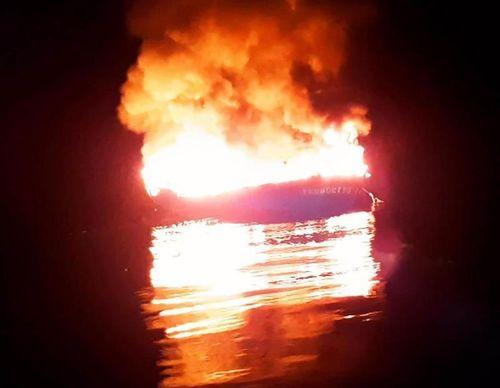 Tàu 6 tỉ bốc cháy ở Trường Sa, 11 ngư dân lênh đênh trên biển