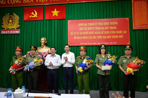 Khen thưởng vụ triệt băng giả làm công an Trung Quốc lừa đảo