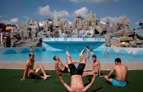 Ảnh ấn tượng trong tuần (16-23/6): Người Triều Tiên thư giãn tại bể bơi sang chảnh