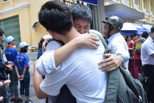 Sĩ tử Sài Gòn ôm bạn khóc vì không kịp thời gian làm bài