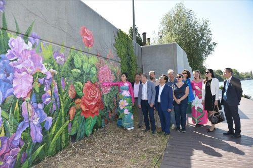 Họa sĩ Việt vẽ tranh tường ở Pháp