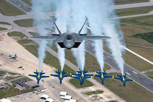 Máy bay Mỹ bay rợp trời trong ngày mừng quốc khánh lịch sử