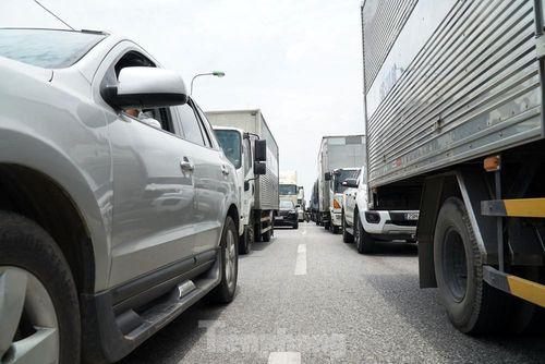 Quốc lộ 5 ùn tắc 10km sau ba vụ tai nạn khiến bảy người chết