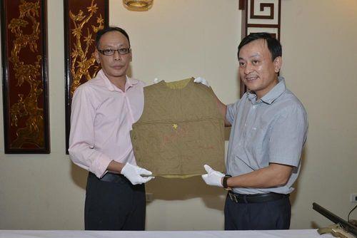 Cháu nội vua Mèo hiến tặng hiện vật quý cho Bảo tàng Hồ Chí Minh