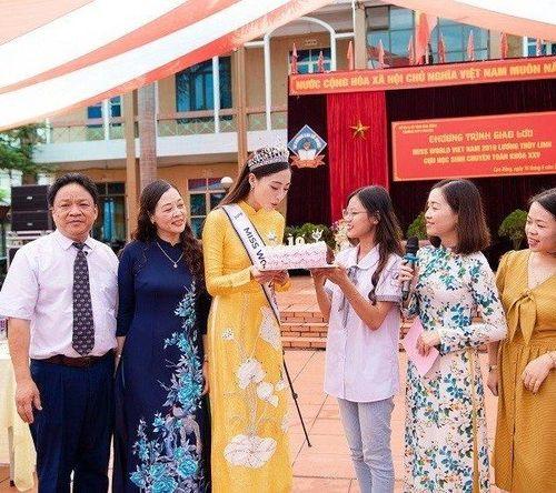 Về lại trường xưa, Hoa hậu Thùy Linh được tổ chức sinh nhật giữa sân trường