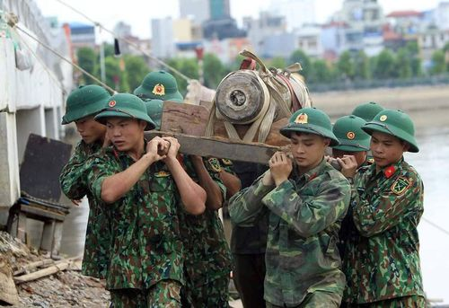 Nín thở xem lính công binh xử lý quả bom 'khủng' ở cầu Tam Bạc