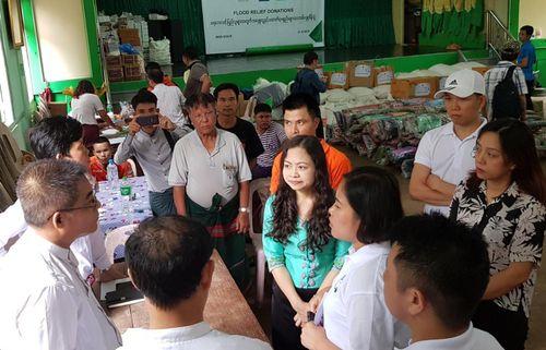 Myanmar: Cộng đồng người Việt chia sẻ khó khăn với bà con vùng lũ ở Bang Mon