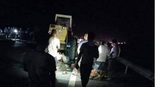 Tông vào xe lu hỏng đỗ bên đường, 2 thanh niên đi xe máy tử vong