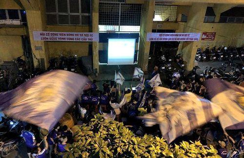 Video CLB Hà Nội ăn mừng cùng CĐV bên ngoài sân Hàng Đẫy
