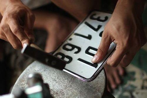 Làm giả, sử dụng biển số xe giả có thể bị truy cứu trách nhiệm hình sự