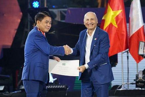 Chủ tịch UBND thành phố Hà Nội Nguyễn Đức Chung được trao tặng Huân chương Công trạng của Italia