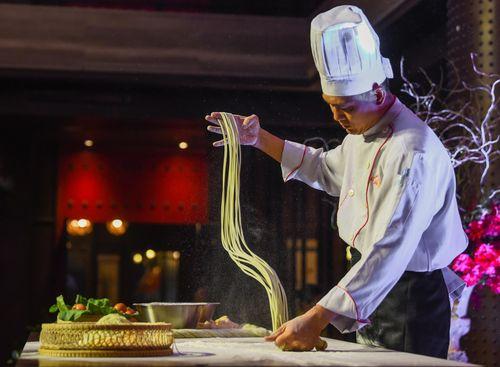 Chiêm ngưỡng món kungfu mì kéo độc đáo ở Hà Nội