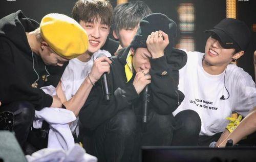 Huynjin Stray Kids bật khóc ngay giữa sân khấu vì lý do bất ngờ