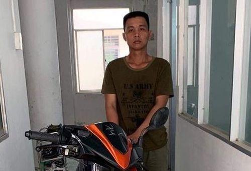 Đến nhà bạn chơi quên rút chìa khóa, người đàn ông bị trộm xe máy giữa ban ngày