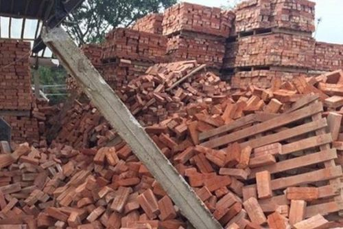 Gạch đổ đè chết 3 công nhân ở Bắc Giang