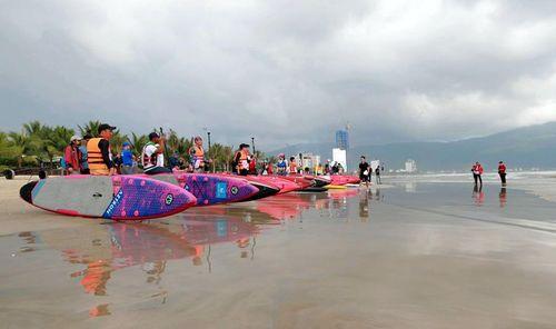 36 VĐV dự tranh giải đua thuyền buồm và ván chèo đứng