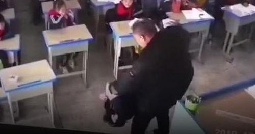Thầy giáo bạo hành nữ sinh tới mức bạn học phải trốn xuống gầm bàn