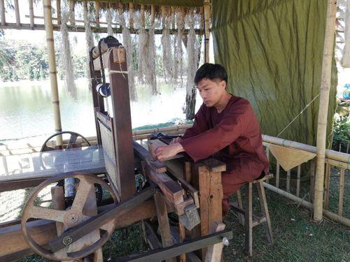 Công phu nghề dệt đũi ở làng Mẹo (Thái Bình)