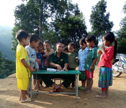 Lớp học xóa mù chữ cho đồng bào dân tộc của thầy giáo mang quân hàm xanh