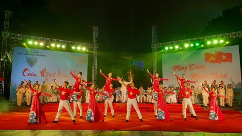 Đoàn Nghi lễ CAND tái xuất trên phố đi bộ Hồ Gươm, biểu diễn nghệ thuật 'Mừng xuân – Dâng Đảng'