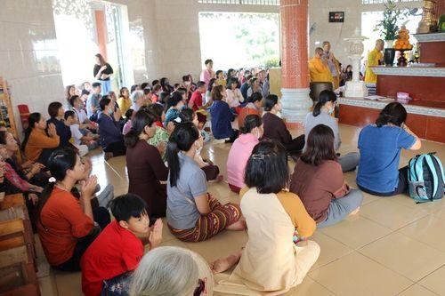 Phật tử thiền viện Vạn Hạnh cúng dường đầu năm