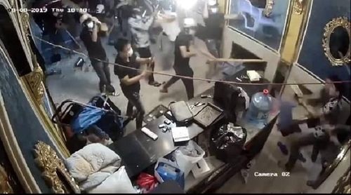 Nghi mâu thuẫn cờ bạc, 20 thanh niên truy sát nhầm ở Bình Tân