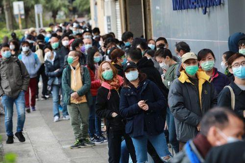 10.000 người xếp hàng 30 tiếng để mua khẩu trang ở Hong Kong