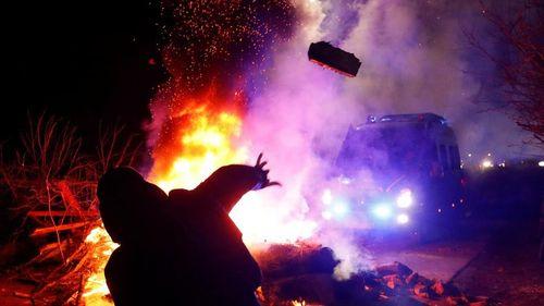 Dân Ukraine ném đá, chặn đường xe chở người sơ tán từ tâm dịch Covid-19