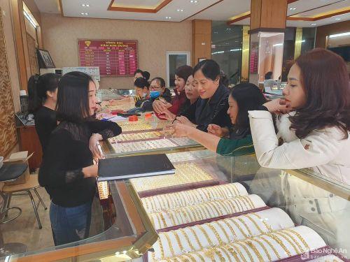Nghệ An: Giá vàng 'lao dốc' đột ngột, người dân 'găm' tiền chờ