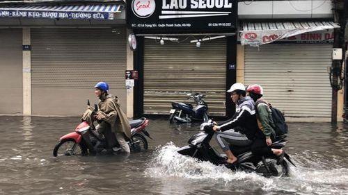 Phố Hà Nội thành sông sau mưa, Lai Châu mưa đá do ảnh hưởng của hội tụ gió