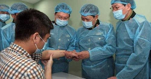 Đại tướng Ngô Xuân Lịch chúc mừng thành công ca ghép chi thể đầu tiên trên thế giới lấy từ người cho sống