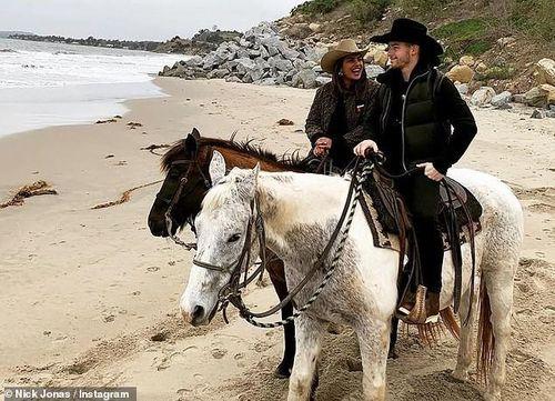 Hoa hậu Thế giới 2000 và chồng trẻ vui vẻ cưỡi ngựa dọc bờ biển
